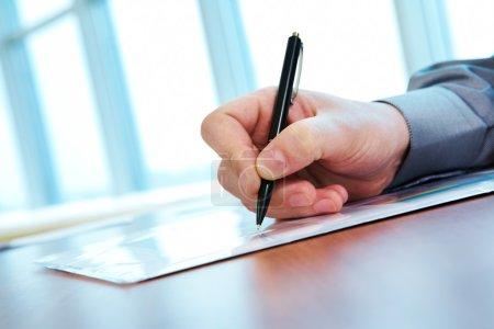 Foto de Primer plano de mano masculina con pluma haciendo notas durante la Conferencia - Imagen libre de derechos