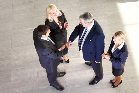 Photo pour Deux hommes d'affaires serrant la main indiquant avec succès fait affaire - image libre de droit