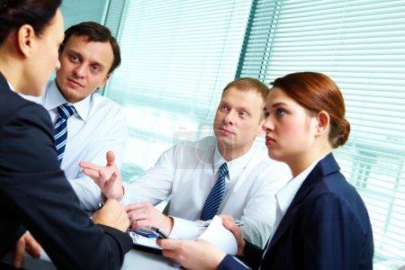 Photo pour Image de partenaires confiants partageant de nouvelles idées à la réunion - image libre de droit