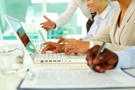 Photo pour Mains féminines tapant sur l'ordinateur dans le bureau - image libre de droit