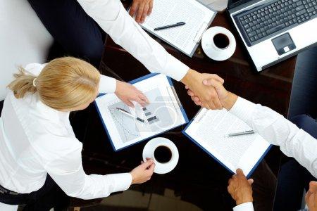 Photo pour Image de partenaires réussis poignée de main après les négociations - image libre de droit