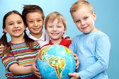 enfants avec globe