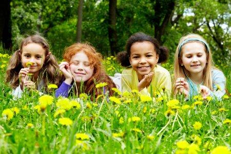 Photo pour Portrait de filles amicales se détendre dans le parc le jour de l'été - image libre de droit