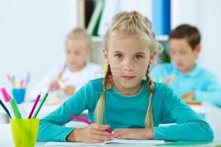 Photo pour Portrait de belle fille dessin avec des camarades de classe sur fond - image libre de droit