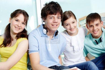 Photo pour Portrait de quatre adolescents souriantes regardant la caméra - image libre de droit