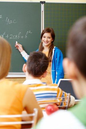 Photo pour Étudiant confiant regardant la caméra en classe - image libre de droit