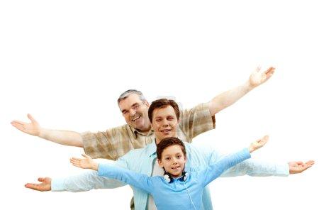 Photo pour Portrait d'un père, le grand-père et le fils avec les bras étirés - image libre de droit