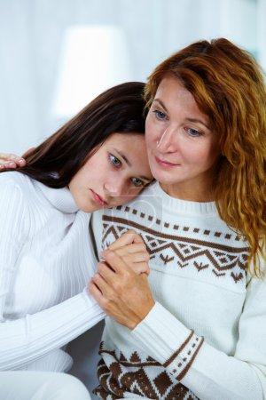 Photo pour Photo de jolie femme embrassant sa fille en difficulté - image libre de droit
