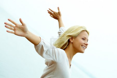 Photo pour Portrait d'une fillette heureuse avec les bras étirés, profiter de la vie - image libre de droit
