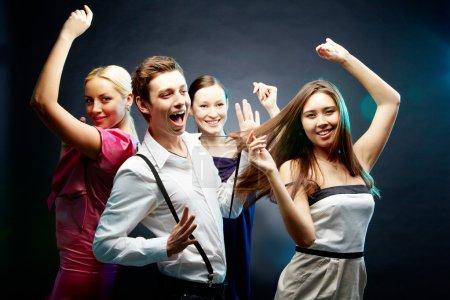 Photo pour Quatre amis joyeux dansent ensemble - image libre de droit