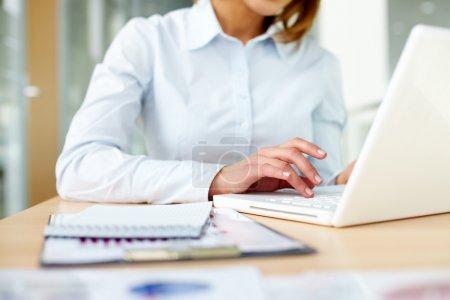 Photo pour Image de femmes mains tapant sur le clavier de bureau - image libre de droit