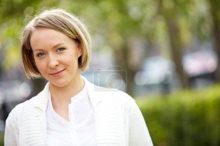 Photo pour Image de femme heureuse regardant la caméra le jour de l'été - image libre de droit