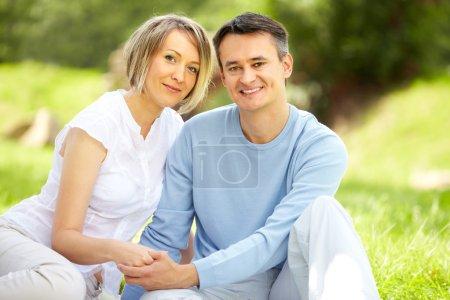 Photo pour Portrait de jeune couple amoureux regardant la caméra dans le parc - image libre de droit