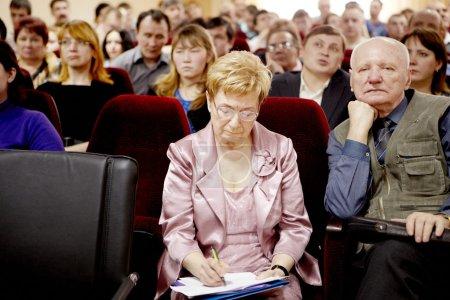 Photo pour CHELYABINSK - 14 AVRIL : Audience écoutant le conférencier et prenant des notes lors d'une conférence, le 14 avril 2011 à l'Oural State University of Physical Training, Tcheliabinsk, Russie . - image libre de droit