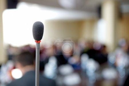 Foto de Imagen de un micrófono sobre fondo de escuchar la Conferencia en conferencia - Imagen libre de derechos