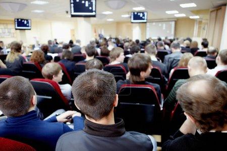 Photo pour Auditoire écoutant le conférencier dans la salle de conférence - image libre de droit