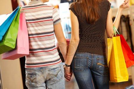 Photo pour Dos de mari et femme, faire du shopping dans le centre commercial - image libre de droit