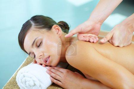 Photo pour Portrait d'une jeune femme au cours de la procédure de massage - image libre de droit