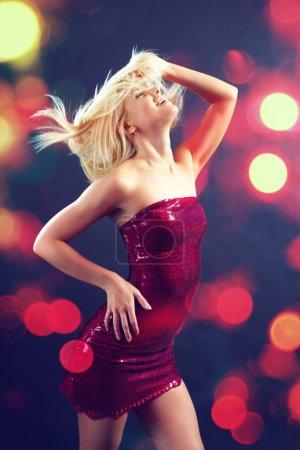 Photo pour Belle fille glamour danse danse club - image libre de droit