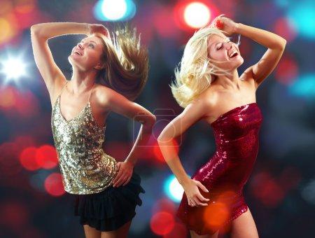 Photo pour Deux filles énergiques danse isolé - image libre de droit