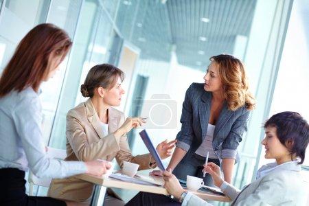 Photo pour Jolies femmes d'affaires réunies pour un brainstorming - image libre de droit