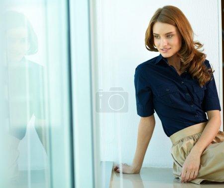 Photo pour Image de femme calme dans smart casual regardant de côté - image libre de droit