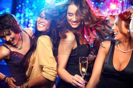 Photo pour Filles gaies living it up sur la piste de danse - image libre de droit
