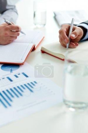 Photo pour Vue verticale de l'entreprise en plein processus de travail - image libre de droit