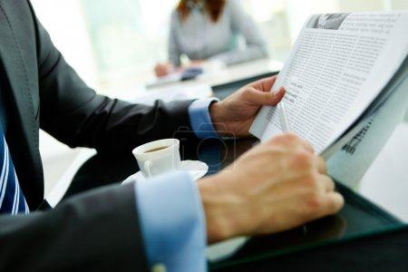 Photo pour Gros plan d'un homme d'affaires, lire les dernières nouvelles - image libre de droit