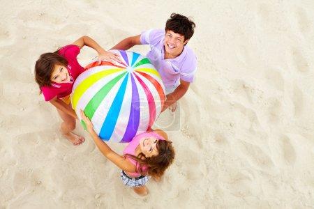 Photo pour Au-dessus d'angle de bonne amies adolescentes avec ballon multicolore, regardant la caméra - image libre de droit