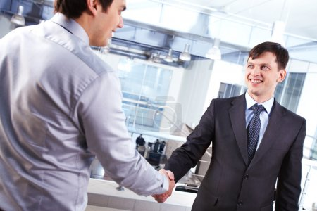 Foto de Imagen del apretón de manos de dos negocios hombres y concluir el trato - Imagen libre de derechos