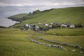 maisons et mur de pierre dans le village de l'île de mykines, îles Féroé
