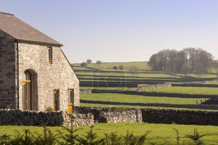 Photo pour Un vieux chalet de Pierre et de la ferme dans un village - image libre de droit
