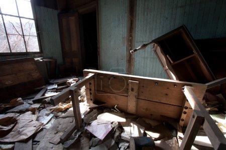 Photo pour Vieux meubles qui est bouleversée dans une salle pleine d'ordures. - image libre de droit