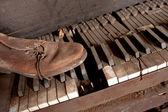 Staré špinavé křídlo s staré kožené boty