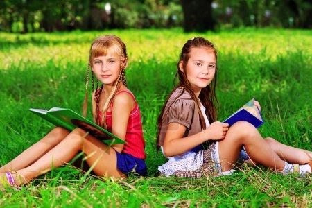 Foto de Dos chicas alegres diversión al aire libre - Imagen libre de derechos