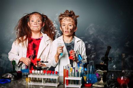 Photo pour Deux enfants de faire des expériences scientifiques. éducation. - image libre de droit