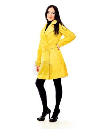 Photo pour Mannequin dans un manteau qui posent au studio. isolé sur blanc. - image libre de droit