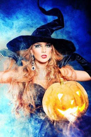 Photo pour Charmante sorcière d'halloween sur fond noir. - image libre de droit