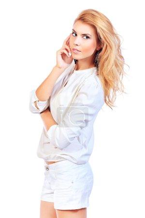 Photo pour Portrait d'une jolie femme blonde. Isolé sur fond blanc . - image libre de droit