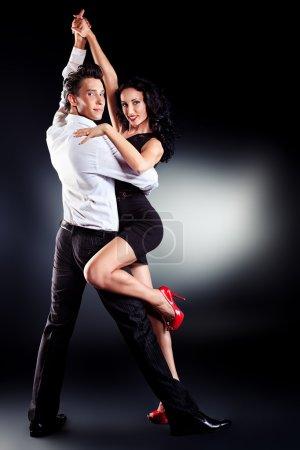 Photo pour Beau couple d'artistes professionnels dansant danse passionnée . - image libre de droit