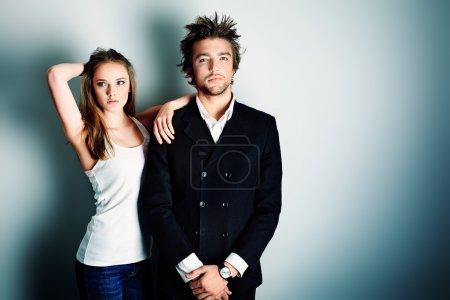 Photo pour Tir d'un couple à la mode, posant au studio. - image libre de droit