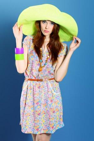 Foto de Foto de una hermosa chica en estilo verano posando en estudio - Imagen libre de derechos