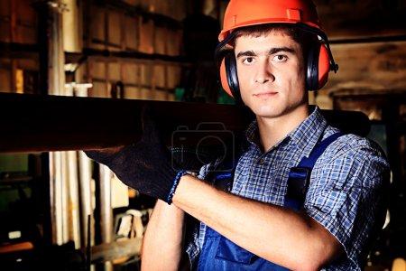 Foto de Industria: un trabajador en una zona de fabricación . - Imagen libre de derechos