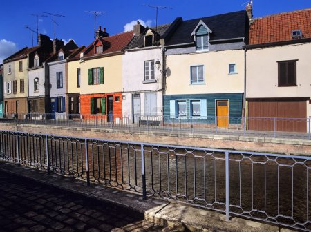 Photo pour Maisons à côté du canal ou de la rivière. - amiens le canal de la somme, département de la somme, picardie france - image libre de droit