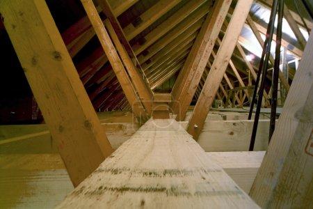 Photo pour Constructeurs construction loft extension dans la maison de banlieue - image libre de droit