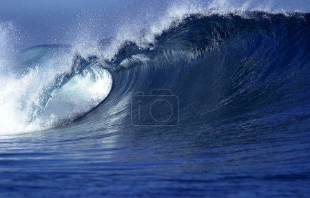Photo pour Image rapprochée de la vague dans l'océan aux Fidji - image libre de droit