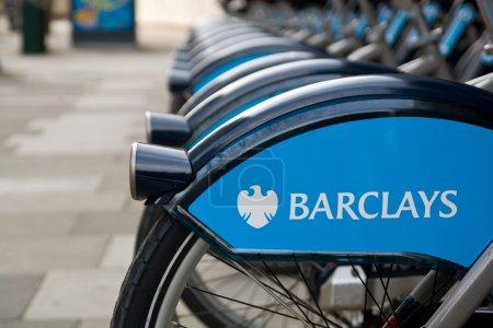Photo pour Toutes les grandes villes en europe a mis en place un réseau de vélos publics à être utilisé par ceux qui veulent aller eco, de faire de sport et d'aller plus vite dans la ville surpeuplée. sur cette photo, les vélos publics de Londres - image libre de droit