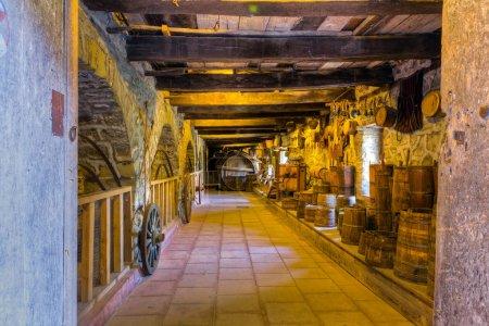 Photo pour Vue d'une ancienne cave à vin - image libre de droit