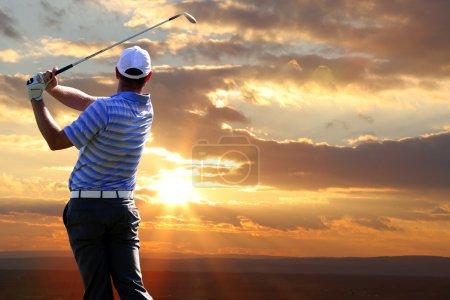 Photo pour Homme jouant au golf - image libre de droit